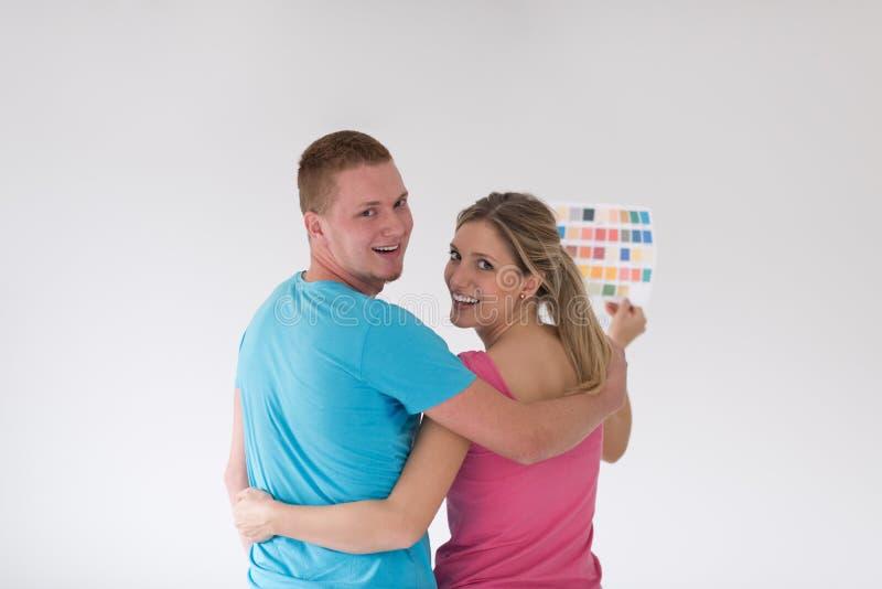 Paare, die zu Hause Farbproben betrachten lizenzfreies stockfoto