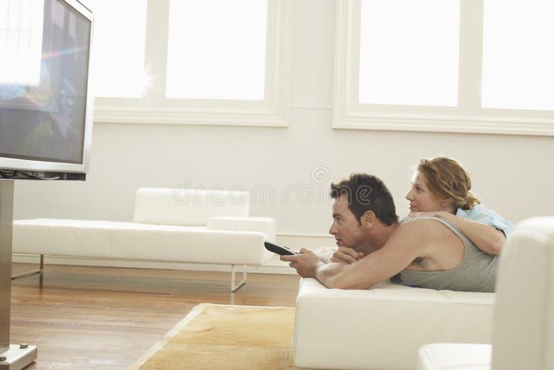 Paare, Die Zu Hause Fernsehen Stockbild