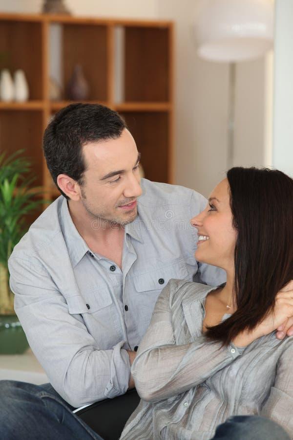 Paare, die zu Hause sprechen stockfotos