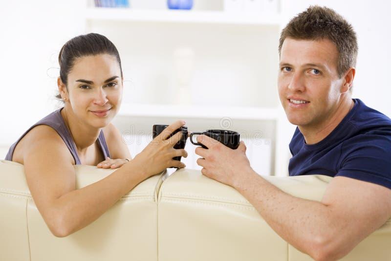 Paare, die zu Hause sprechen lizenzfreies stockbild