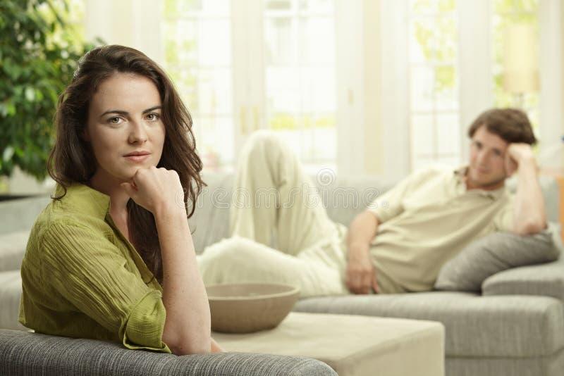 Paare, die zu Hause stillstehen lizenzfreie stockfotos