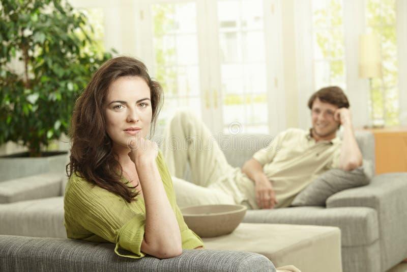 Paare, die zu Hause stillstehen stockfoto