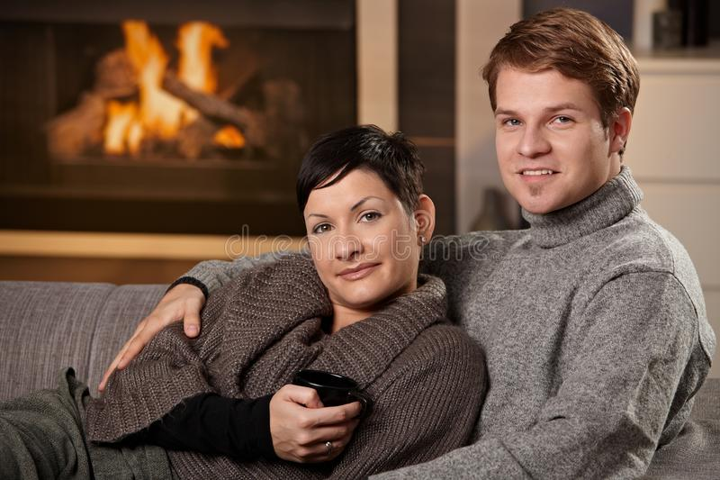 Paare, die zu Hause umarmen stockbild