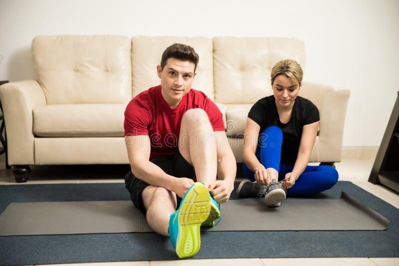 Paare, die zu Hause zum Training fertig werden stockbild