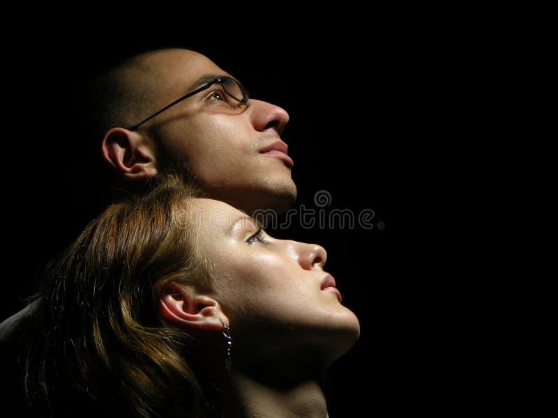 Paare, die zum Himmel schauen. lizenzfreie stockfotografie