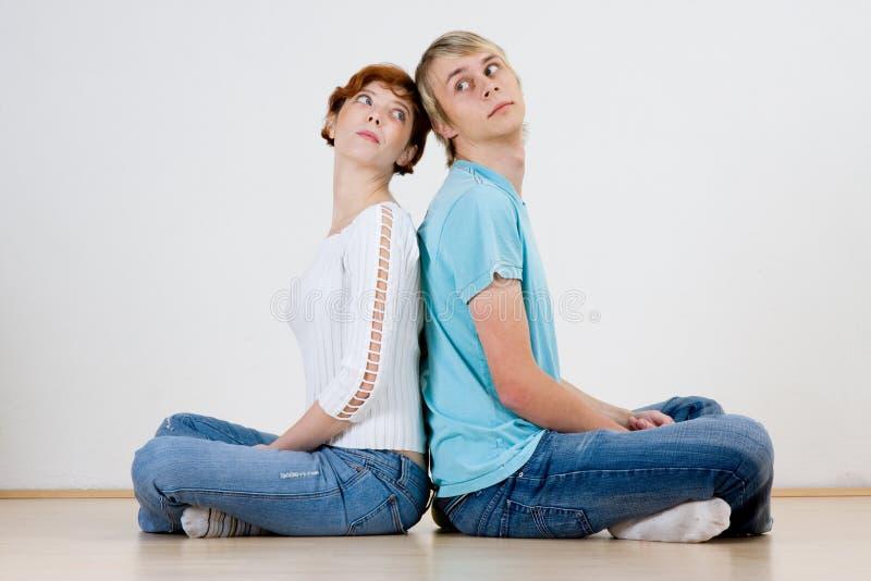 Paare, die zurück zu Rückseite sitzen lizenzfreies stockfoto