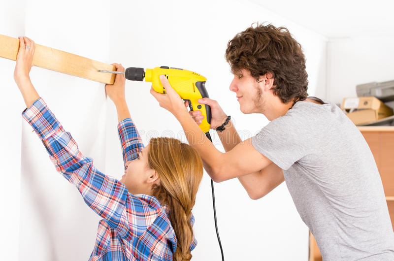 Paare, die zusammen als Mann verwendet Energie erneuern lizenzfreie stockfotos