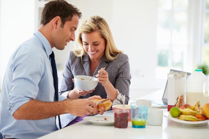 Paare, die zusammen bevor dem Gehen für Arbeit frühstücken lizenzfreie stockfotografie