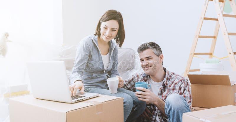 Paare, die zusammen einziehen lizenzfreie stockbilder