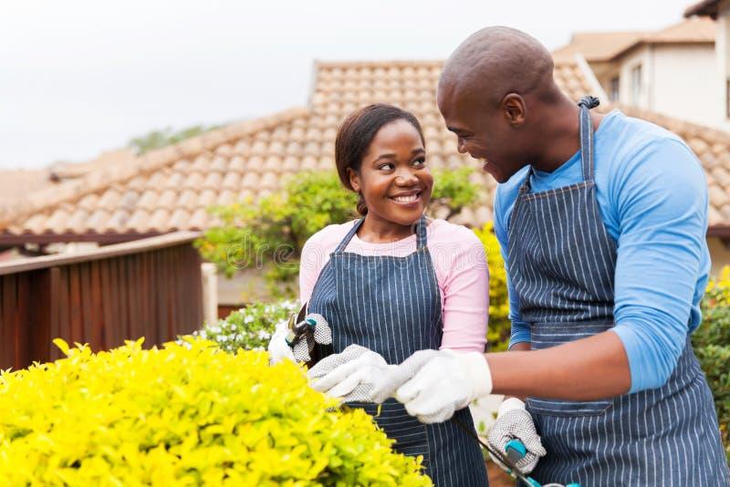 Paare, die zusammen im Garten arbeiten stockfotos