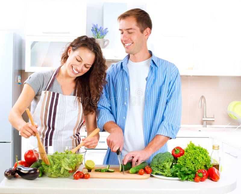 Download Paare, die zusammen kochen stockbild. Bild von essen - 27255887