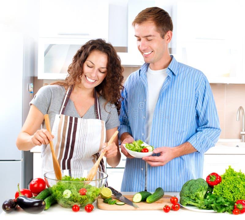 Paare, die zusammen kochen stockbilder