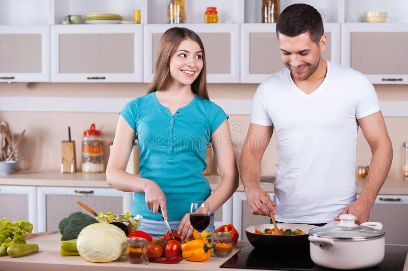 Paare, die zusammen kochen. lizenzfreie stockfotografie