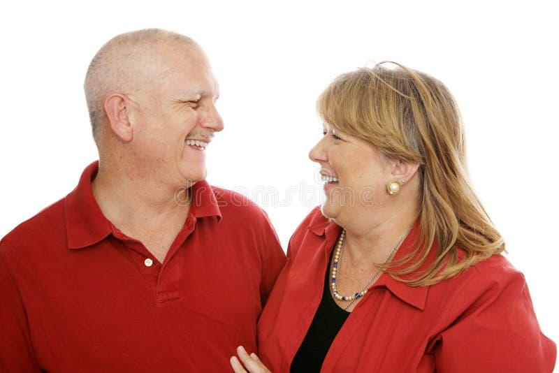 Paare, die zusammen lachen stockfotografie