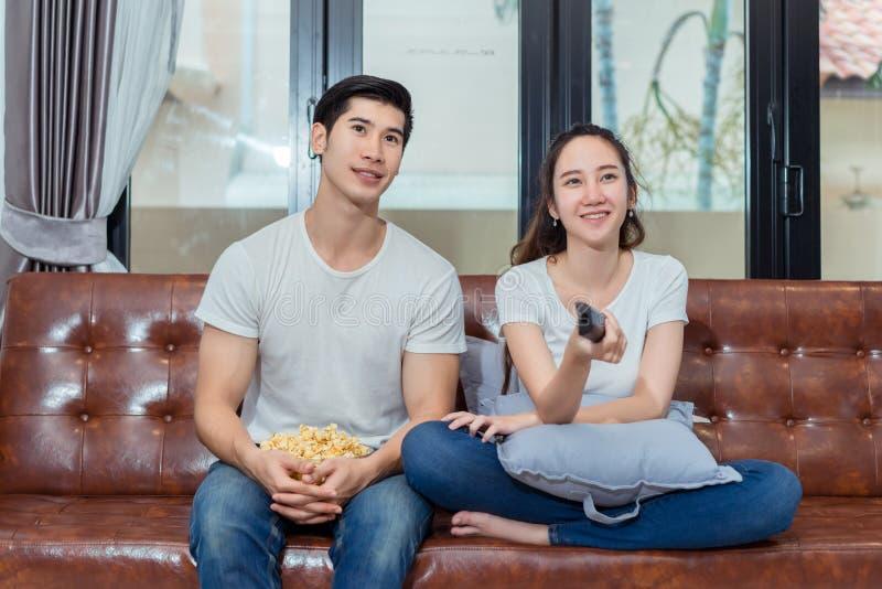 Paare, die zusammen lustig fernsehen stockbilder