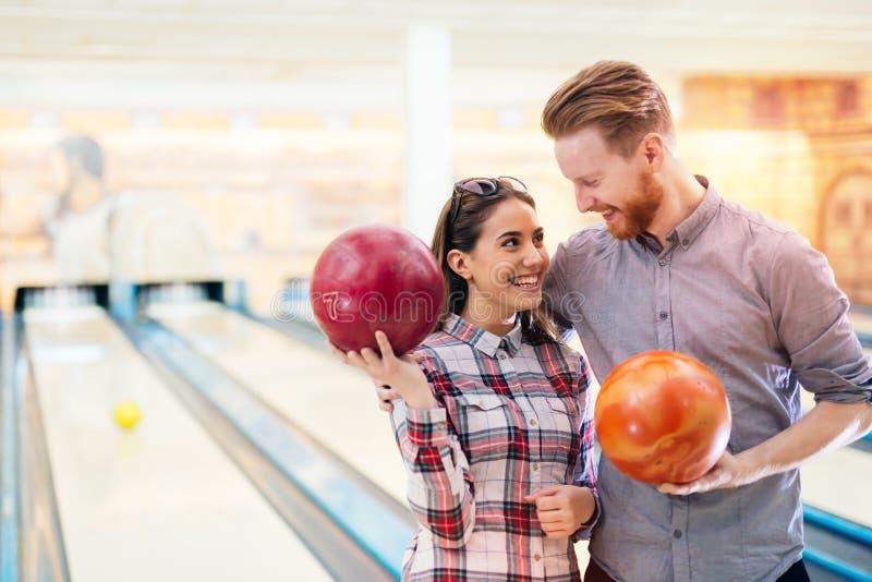 Paare, die zusammen rollen genießen lizenzfreies stockfoto