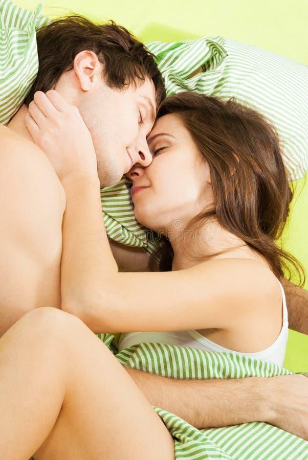 Paare, die zusammen schlafen stockbild