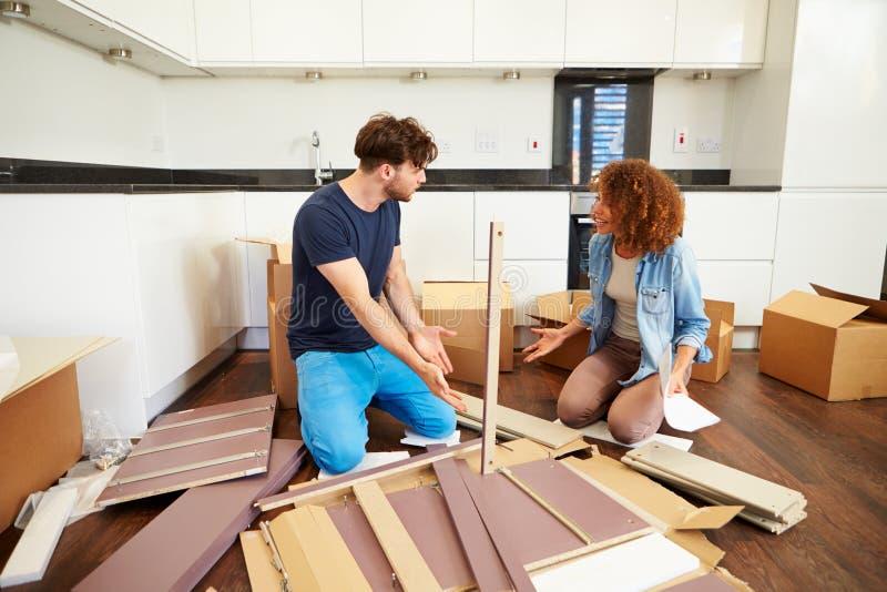 Elegant Download Paare, Die Zusammen Selbstbau Möbel In Neues Haus Einsetzen  Stockbild   Bild Von