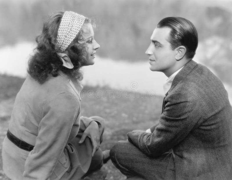 Paare, die zusammen sitzen und einander betrachten (alle dargestellten Personen sind nicht längeres lebendes und kein Zustand exi stockfotografie