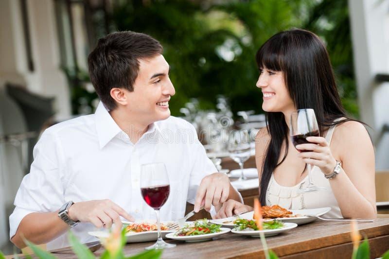 Paare, die zusammen speisen lizenzfreies stockfoto