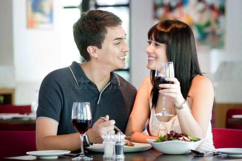 Paare, die zusammen speisen lizenzfreie stockbilder