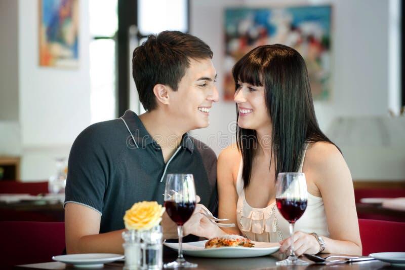 Paare, die zusammen speisen stockfotos