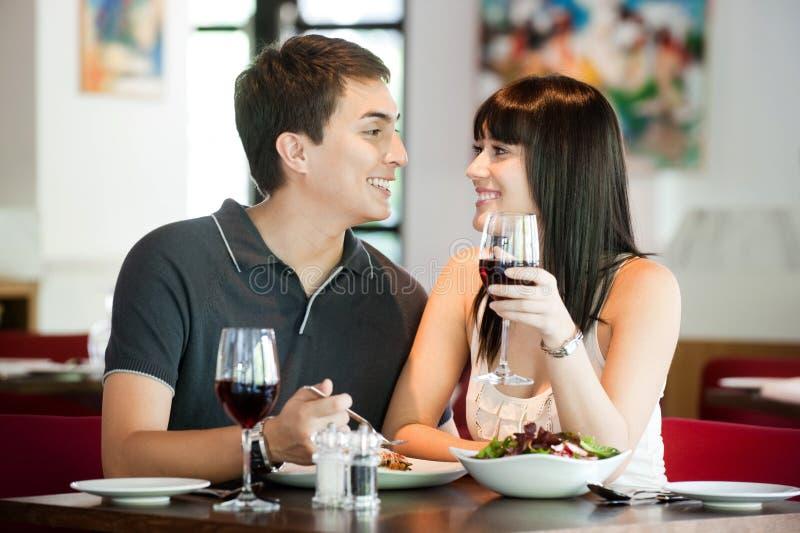 Paare, die zusammen speisen stockbilder