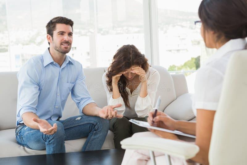 Paare, die zusammen vor ihrem Therapeuten kämpfen lizenzfreie stockfotos