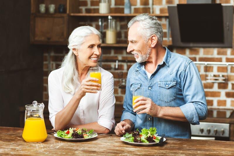 Paare, die zusammen zu Abend essen stockbild