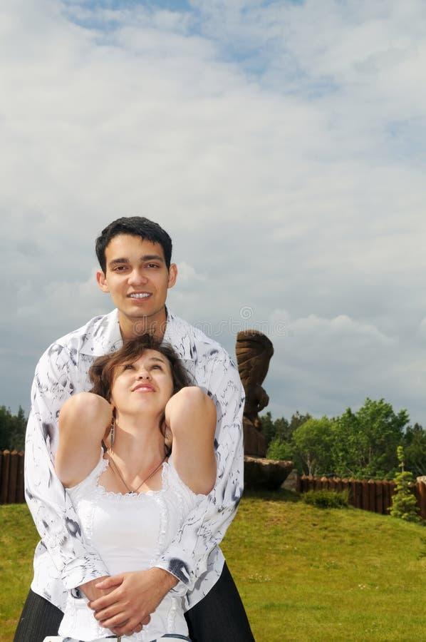 Paare draußen im Dorf lizenzfreies stockfoto