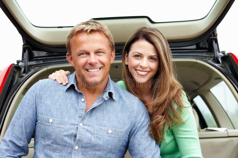 Paare draußen mit Auto lizenzfreies stockbild