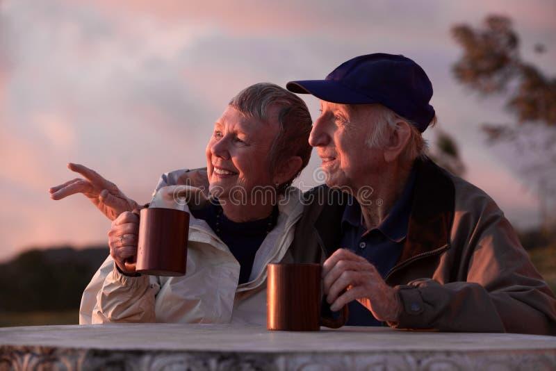 Download Paare draußen am Tisch stockfoto. Bild von glücklich - 25231344