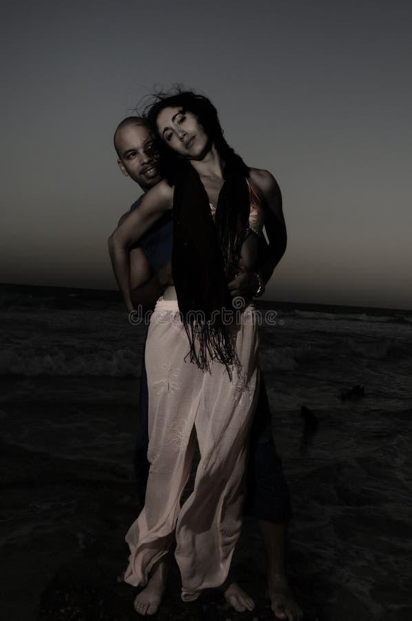Paare durch das Meer stockfotos