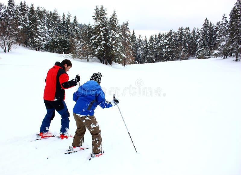 Paare an einem Skifahrenfeiertag stockbild