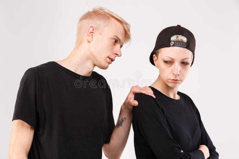 Paare in einem Streit Der Kerl bittet um Verzeihen vom Mädchen lokalisierung lizenzfreies stockfoto