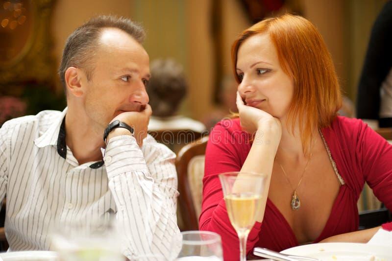 Paare in einer Gaststätte stockfotografie
