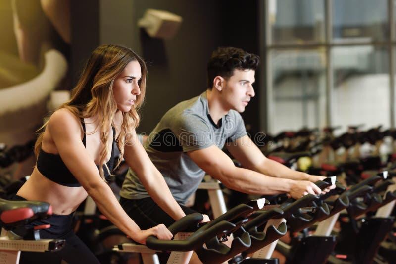 Paare in einer spinnenden tragenden Sportkleidung der Klasse stockbild