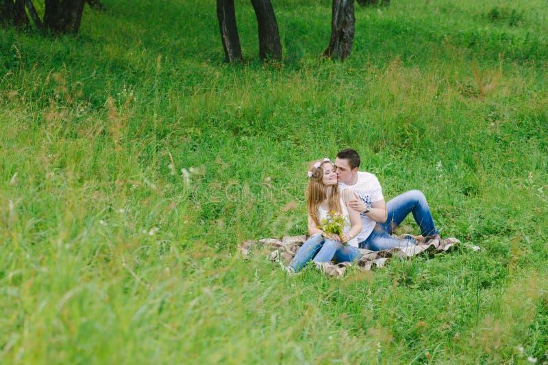 Paare in einer Waldfläche, die ein Plaid reizend streichelt lizenzfreies stockfoto