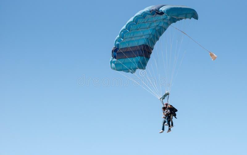 Paare Fallschirmspringen stockfotos