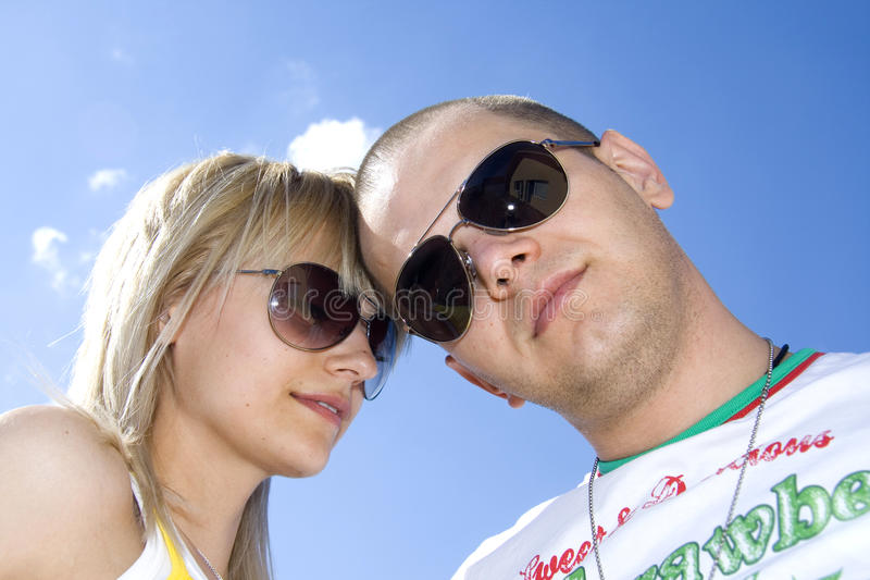 Paare gegen blauen Himmel stockbild