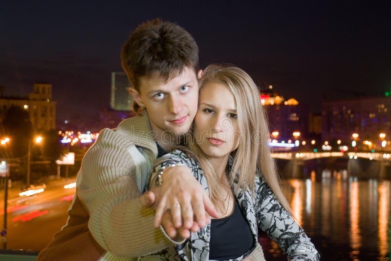 Paare gegen Nachtstadt stockbild