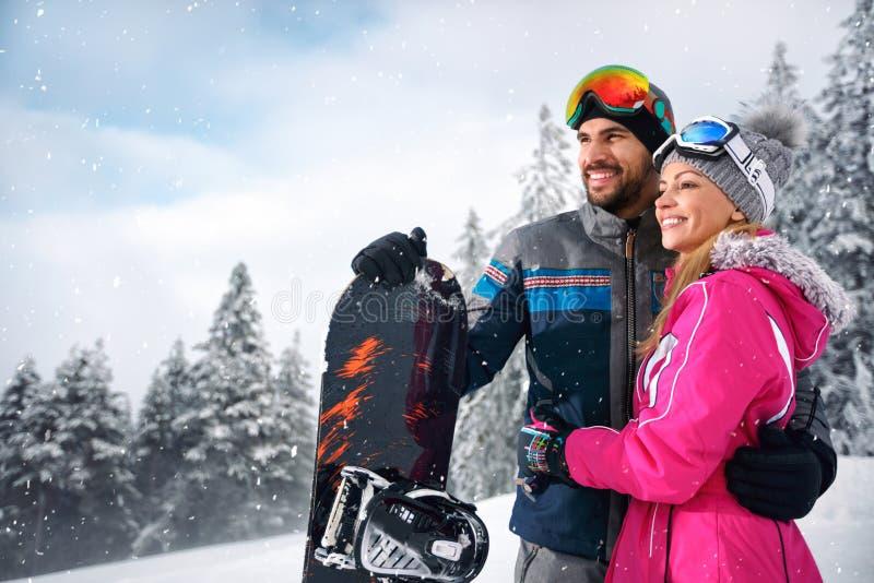 Paare genießen, auf Berg Ski zu fahren stockbilder