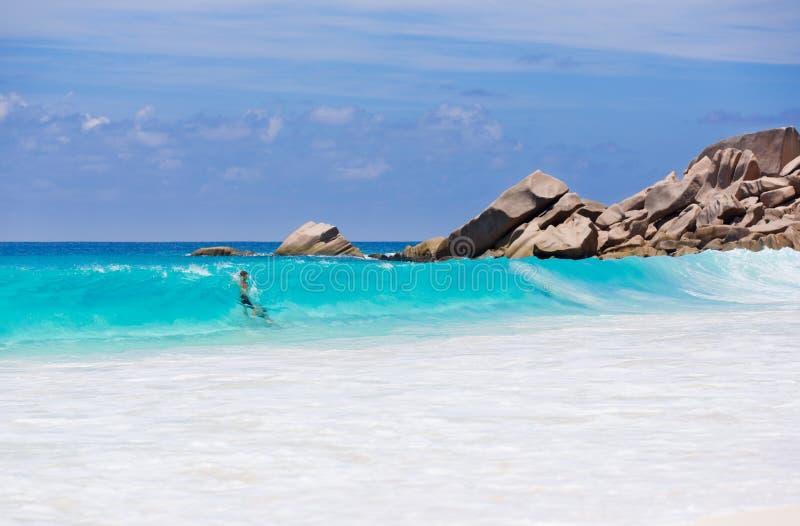 Paare genießen das blaue Wasser des Meeres in Seychellen lizenzfreies stockbild