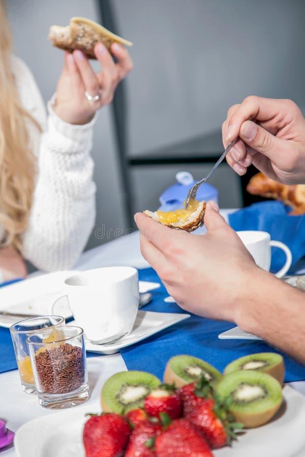 Paare gesetzt, Frühstück essend lizenzfreie stockfotografie