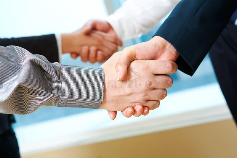Paare Händedrücke stockfoto