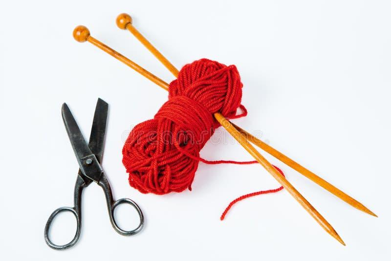 Paare h?lzerner Stricknadeln, der roten Wolle und der Scheren - wei?es b lizenzfreies stockfoto
