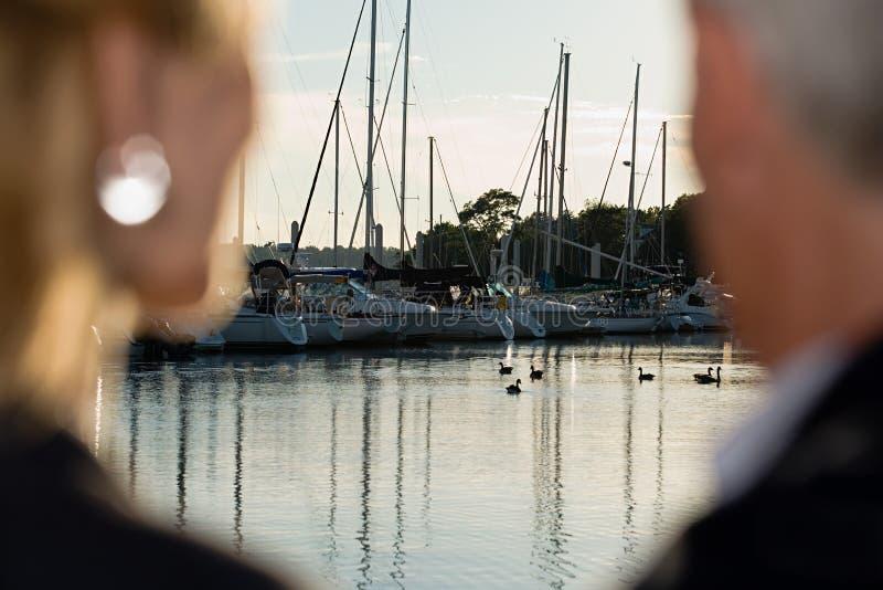 Paare am Hafen lizenzfreies stockbild