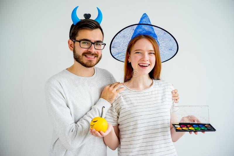 Paare in Halloween-Kostümen stockbilder