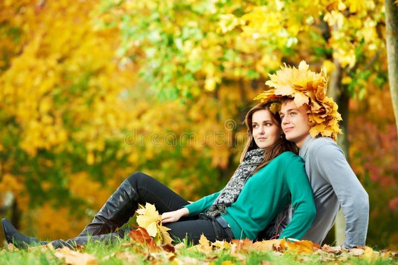 Paare am Herbst draußen stockfotografie