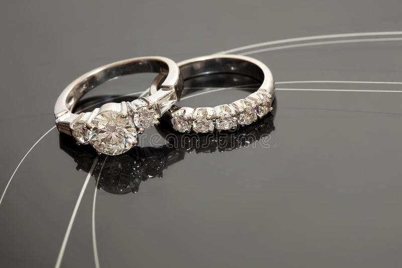 Paare Hochzeits-Ringe stockfoto